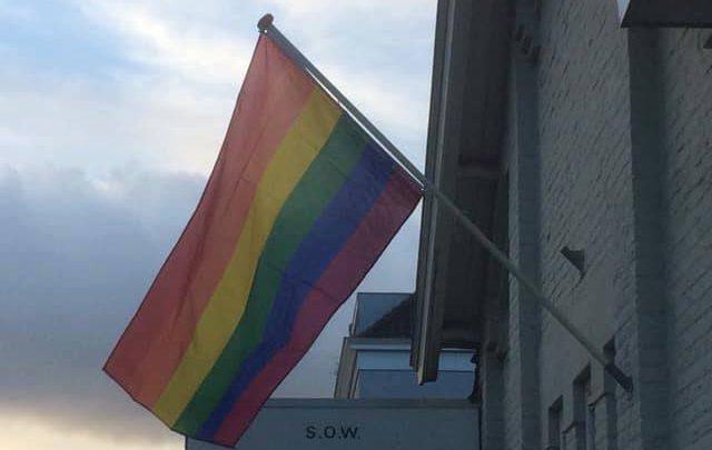 Regenboogvlag gehesen op de witte kapel in Duiven