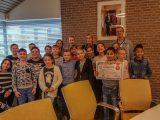 Kinderen brengen loco-burgemeester Ineke Knuiman een ontbijtje in het gemeentehuis